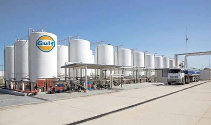 Los depósitos externos de bases lubricantes, abastecidos por YPF.