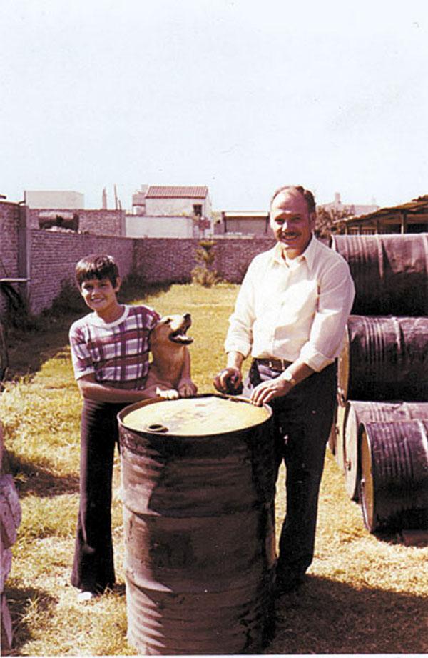 Fernando Colombo, junto a su padre, en la prehistoria de lo que luego sería Fercol.