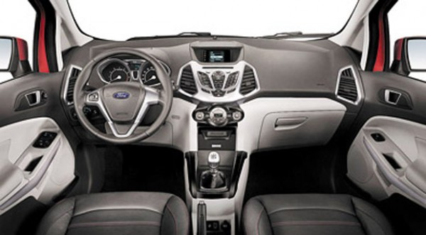 El interior dio un gran salto en diseño y calidad, con estética inspirada en el Fiesta Kinetic Design.