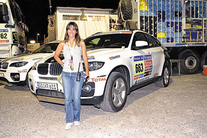Aixa Domínguez Brizzio, junto a algunos de los pilotos que Total apoyó en el Dakar 2013.
