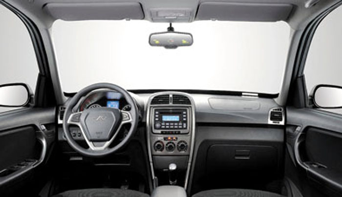 Por dentro, la Tiggo recibió un nuevo volante y una consola central más moderna.