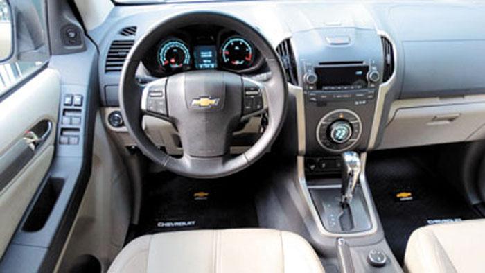Tapizado en cuero y butaca del conductor eléctrica en la LTZ. El volante no se regula en profundidad.