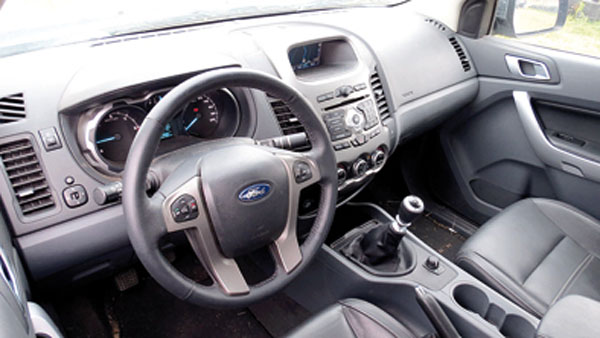 Interior con equipamiento de sedán para un vehículo de trabajo.