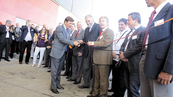 Emilio Álvarez Canedo, junto a accionistas y autoridades de Gulf Oil, corta la cinta de inauguración de la planta de La Reja.