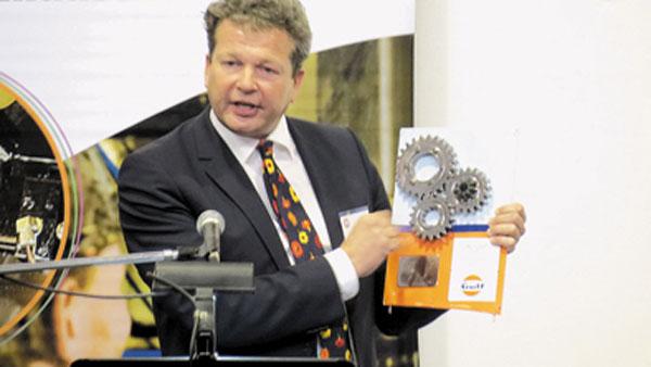 Frank Rutten, CEO mundial de Gulf Oil, entregó una placa recordatoria con piezas de Aston Martin de competición.