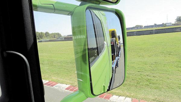 Espejos en abundancia, para controlar dónde pisa cada rueda.