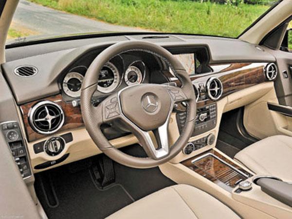 La versión Sport se diferencia por el paquete deportivo exterior AMG, las llantas de 19 pulgadas y el audio con GPS.