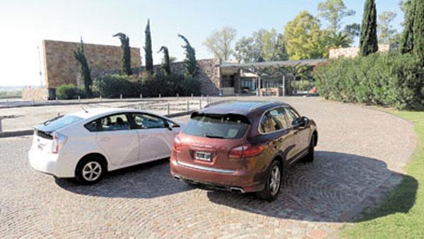 No son baratos. El Prius cuesta más de 300 mil pesos. La Cayenne, casi un millón.