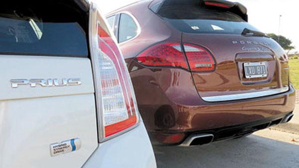 El Prius se distingue por su diseño futurista. La Cayenne, sólo por el emblema Hybrid.
