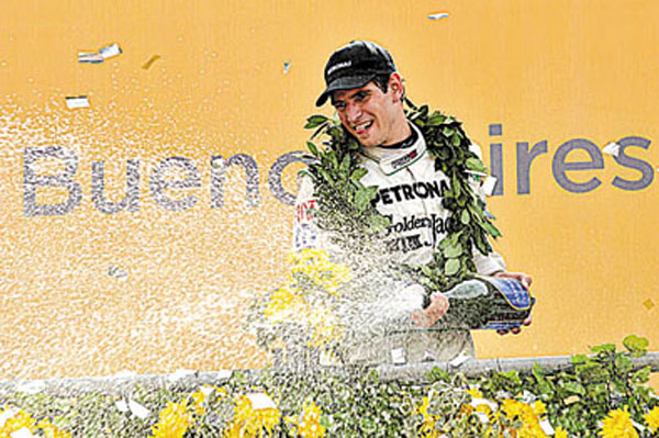 Facundo Ardusso festeja en el podio la victoria en el Callejero de Buenos Aires.