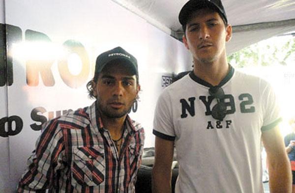 Walter Erviti y Guillermo Burdisso, jugadores de Boca Juniors en el box del Equipo Petronas