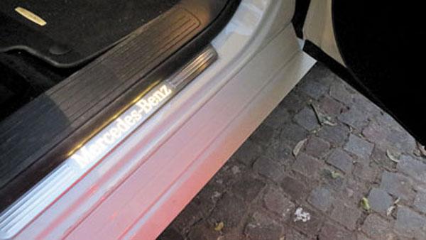 Detalles. El zócalo se ilumina al abrir la puerta.