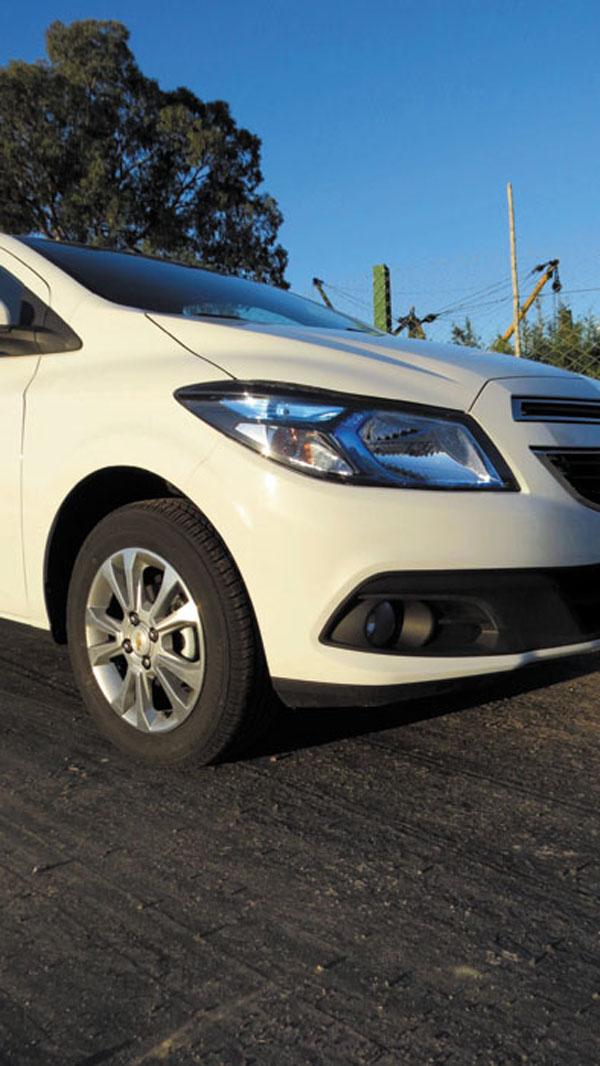 Las luces delanteras azuladas son características del Prisma/Onix. Comparten frente y perfil, hasta las puertas traseras.