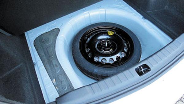 Hay maletero de sobra y en el hueco cabe una rueda de verdad. Pero GM insiste con el auxilio de uso temporario.
