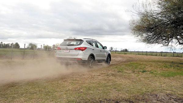 Los neumáticos son de asfalto y no tiene caja reductora. Pero igual es posible divertirse con la New Santa Fe.
