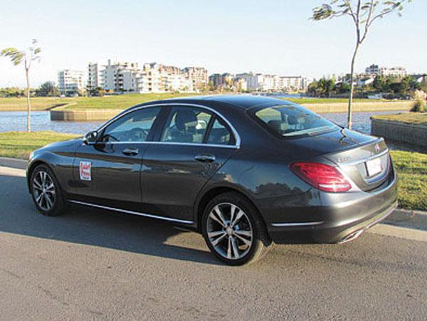 """Por diseño, el Clase C puede ser considerado un """"mini-Clase-S"""" (la limousine más cara de Mercedes)."""