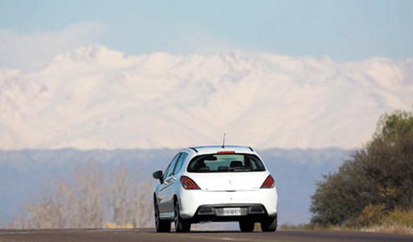 El 308 estrena nuevas ópticas traseras y cambios en la suspensión.