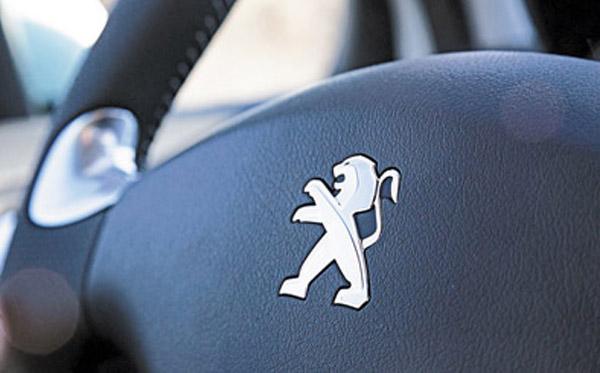 El volante tiene costuras blancas, pero sigue sin ser multifunción.