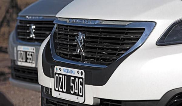 La trompa vuelve a tener el León en el centro de la parrilla, como en los viejos Peugeot.