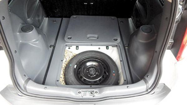 La rueda de auxilio se encuentra bajo la escotilla de la zona de carga.