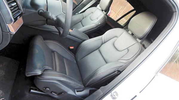 Las butacas delanteras son delgadas, tienen un gran diseño y ajustes múltiples.