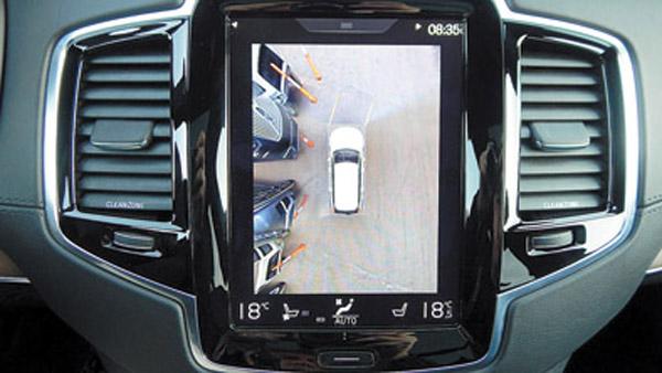 Incluyendo las cámaras de estacionamiento, que simulan una vista a vuelo de pájaro.