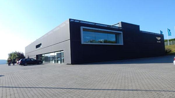 Las principales marcas instalaron sus centros de desarrollo al pie de la pista, como hizo Aston Martin.
