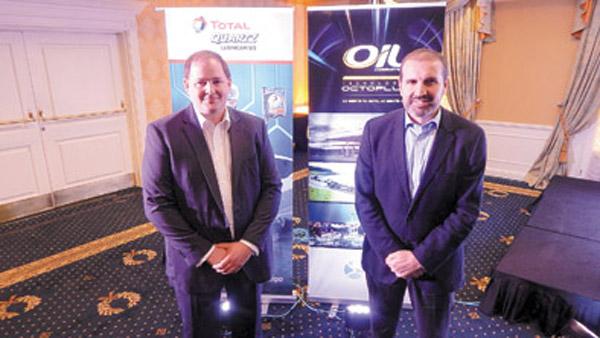 Juan José Raga, director general de Total Especialidades Argentina (derecha), junto a su par de Oil Combustibles, en la presentación de la alianza.