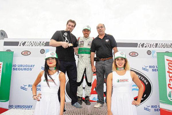 Marcos La Bruna y Manuel Cabanillas reciben sus premios a los mejores del año.