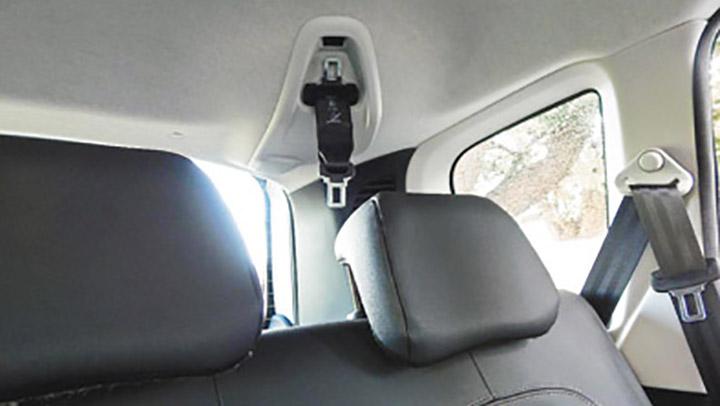 Tiene cinturones de tres puntos en todos los asientos, pero no hay anclajes Isofix.