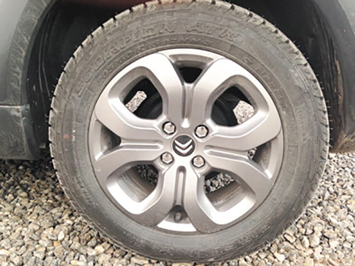 Los neumáticos titulares son de uso mixto, para asfalto y off-road.