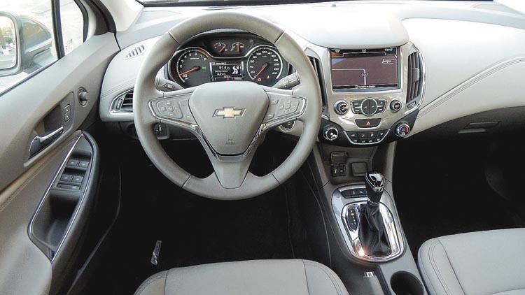 La calidad del interior es correcta, pero mejorable en algunos detalles (como los botones del volante multifunción).
