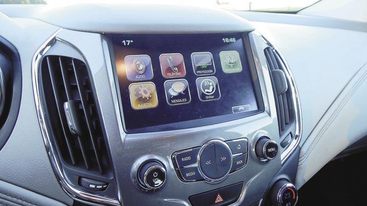 La pantalla multimedia tiene MirrorScreen, para espejar funciones de dispositivos móviles.