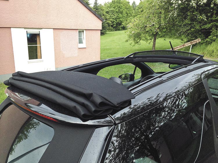 El sector superior del techo se puede abrir todo, mucho o poco. Incluye un deflector anti-turbulencias sobre el parabrisas.