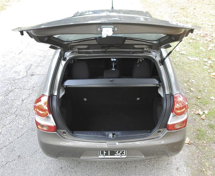 El baúl del Hatchback es chico. En el Sedán es enorme.