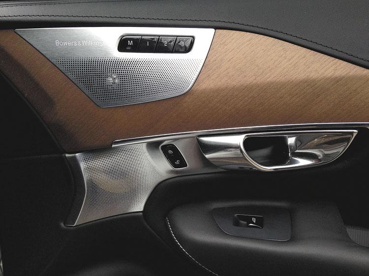 Madera de nogal, aluminio cepillado, cuero suave al tacto y parlantes Bowers&Wilkins.
