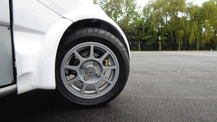 Las ruedas son diminutas. Sólo se sienten cómodas en caminos en buen estado.