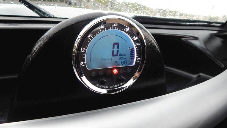 Tablero con velocímetro, indicador de carga de batería y horas de uso.