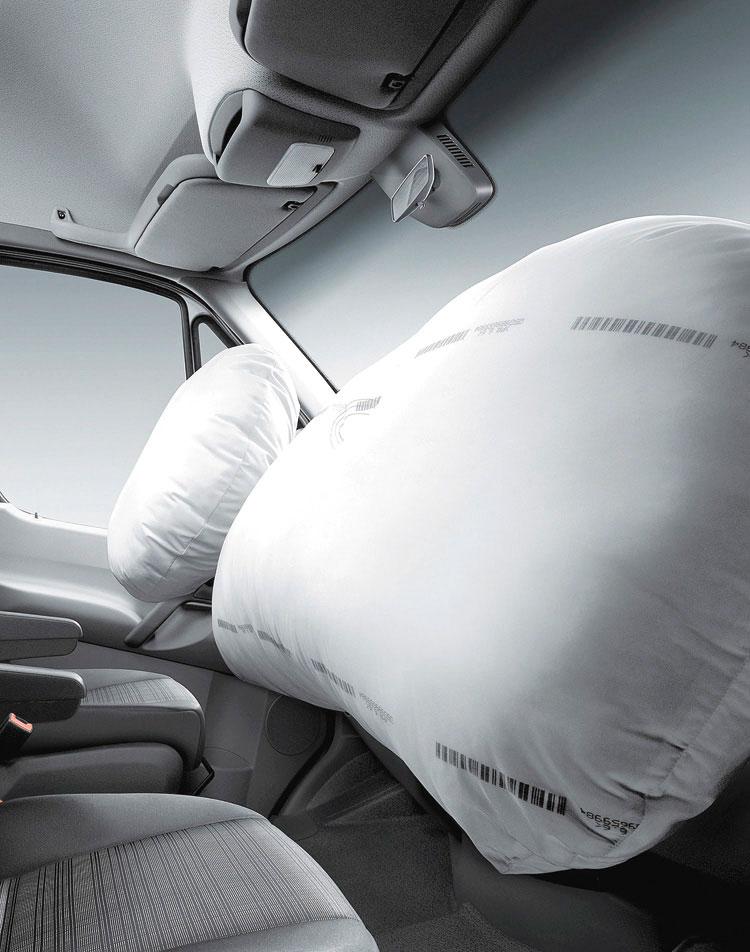 Viene de serie con doble airbag frontal.