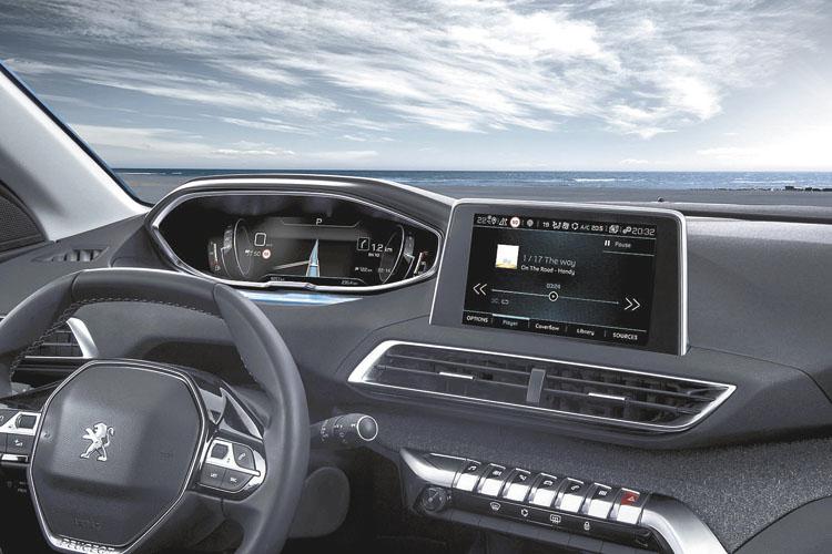 Espectacular puesto de manejo, con el i-Cockpit de volante chiquito.