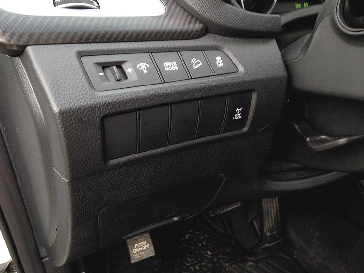 """Demasiados botones """"ciegos"""". Y freno de estacionamiento con pedal."""
