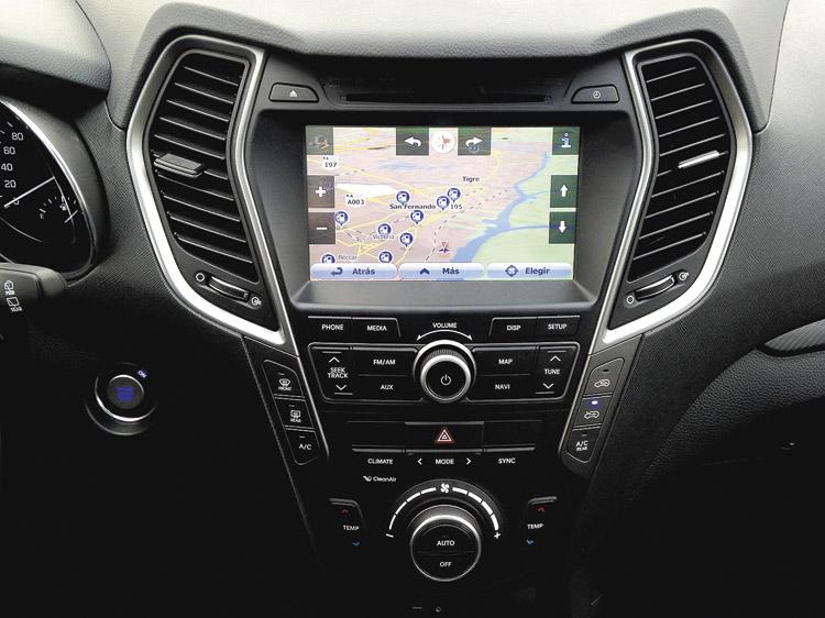 La pantalla táctil multimedia con GPS viene de serie en todas las Santa Fe 2016.